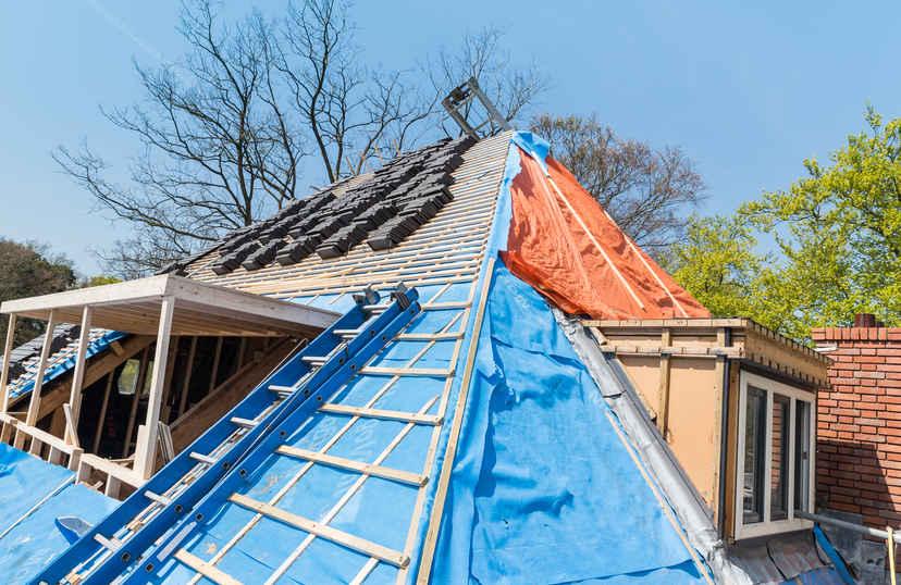 Dakpannen leggen op dak