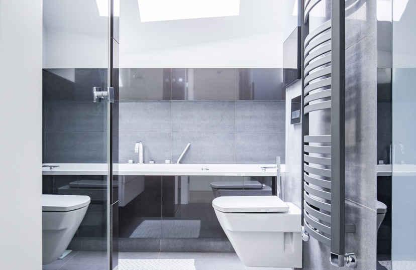 Antraciet en witte badkamer