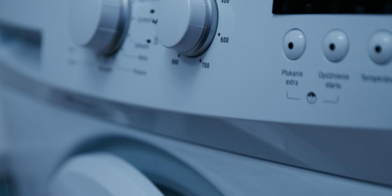 Brandharen uit kleding wassen