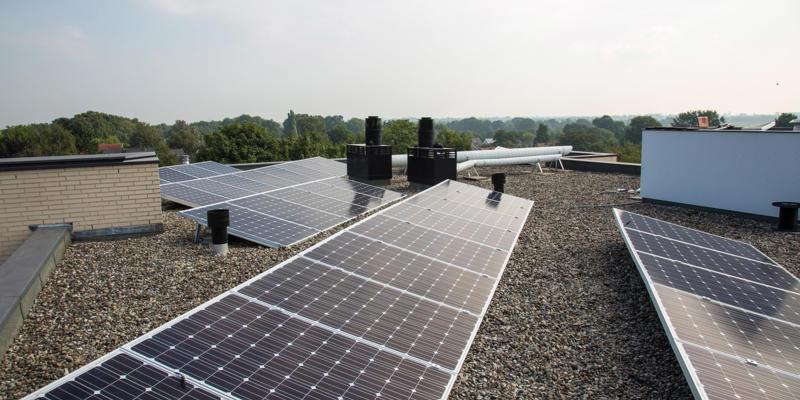 zonnepanelen rij montage
