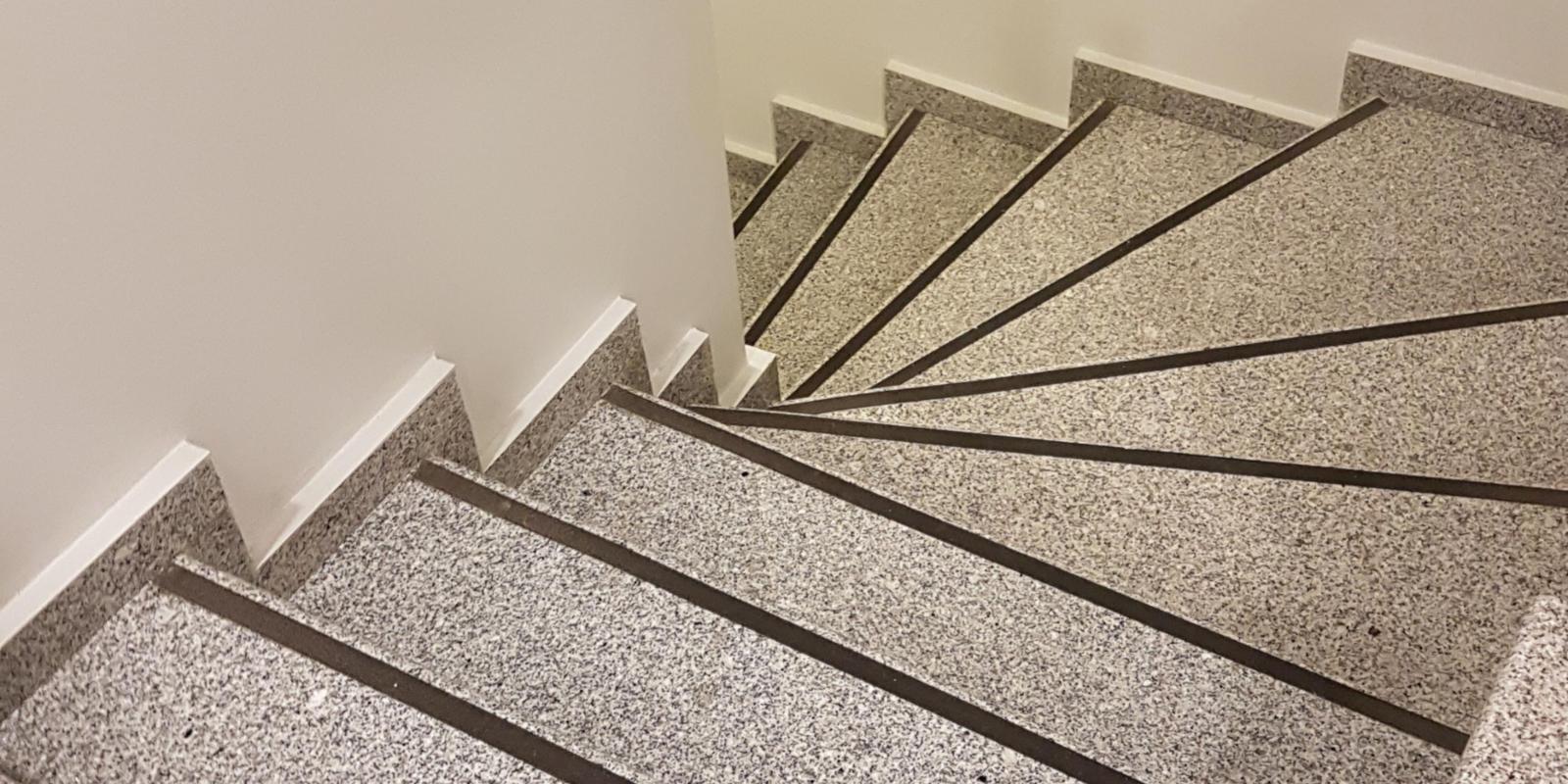 betonnen trap bekleden met natuursteen