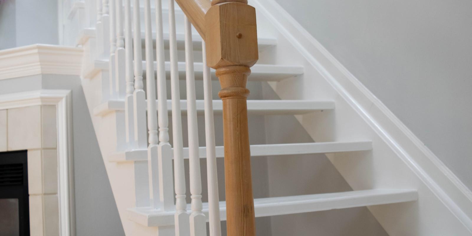 witte houten trap schoonmaken