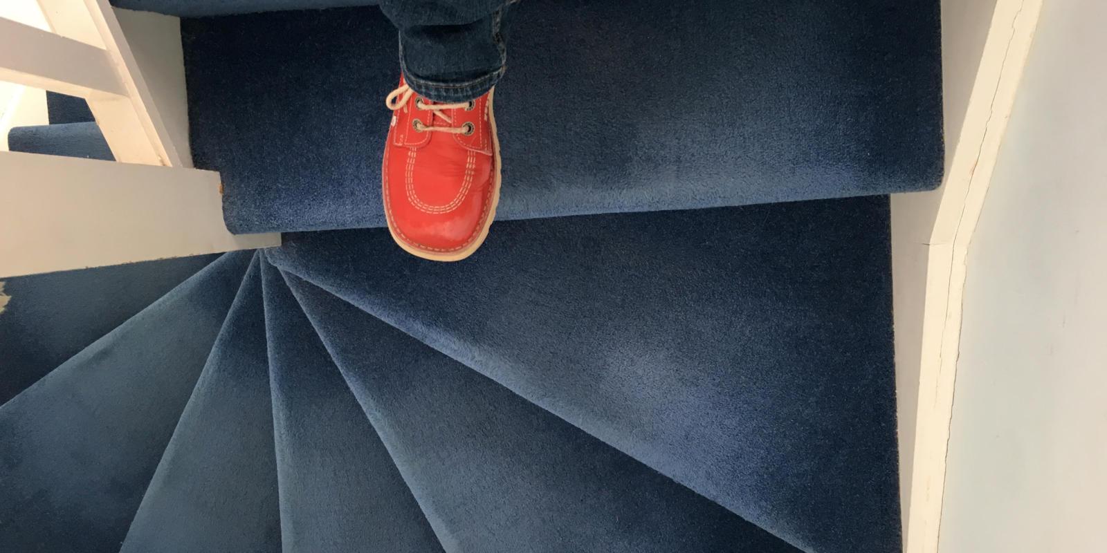betonnen trap met tapijt