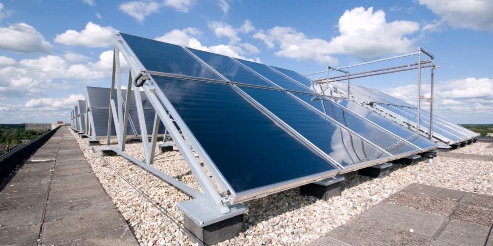 zonnepanelen plat dak afstand