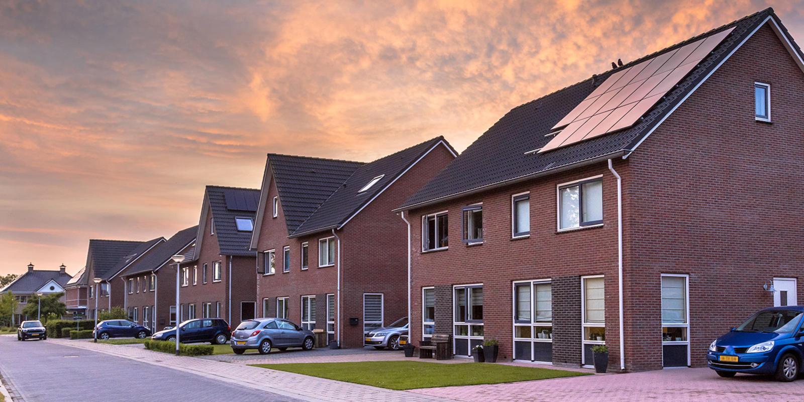 zonnepanelen zelf monteren of uitbesteden