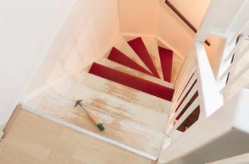 Lijmresten van trap verwijderen: zo doe je dat