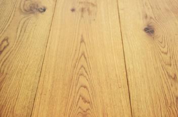 Hoe kraken van houten vloer verminderen?