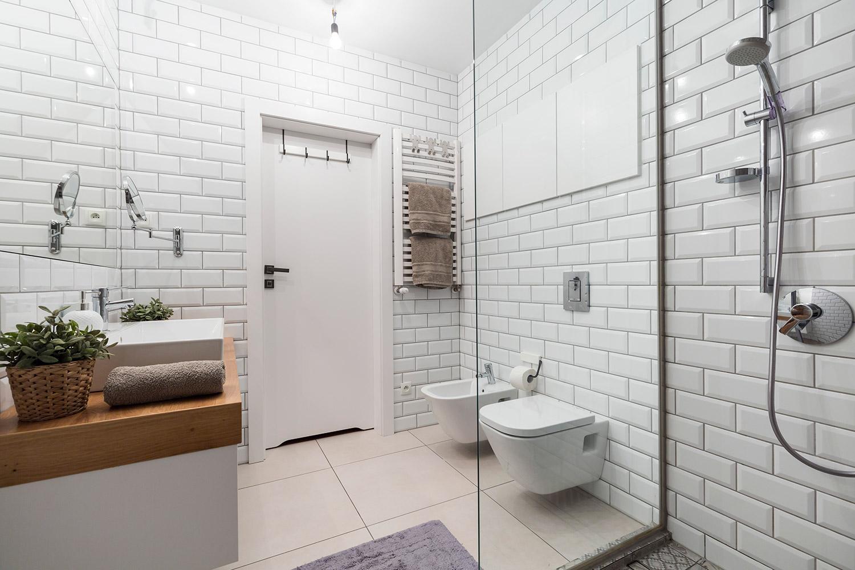 Metro tegels op de badkamer wand