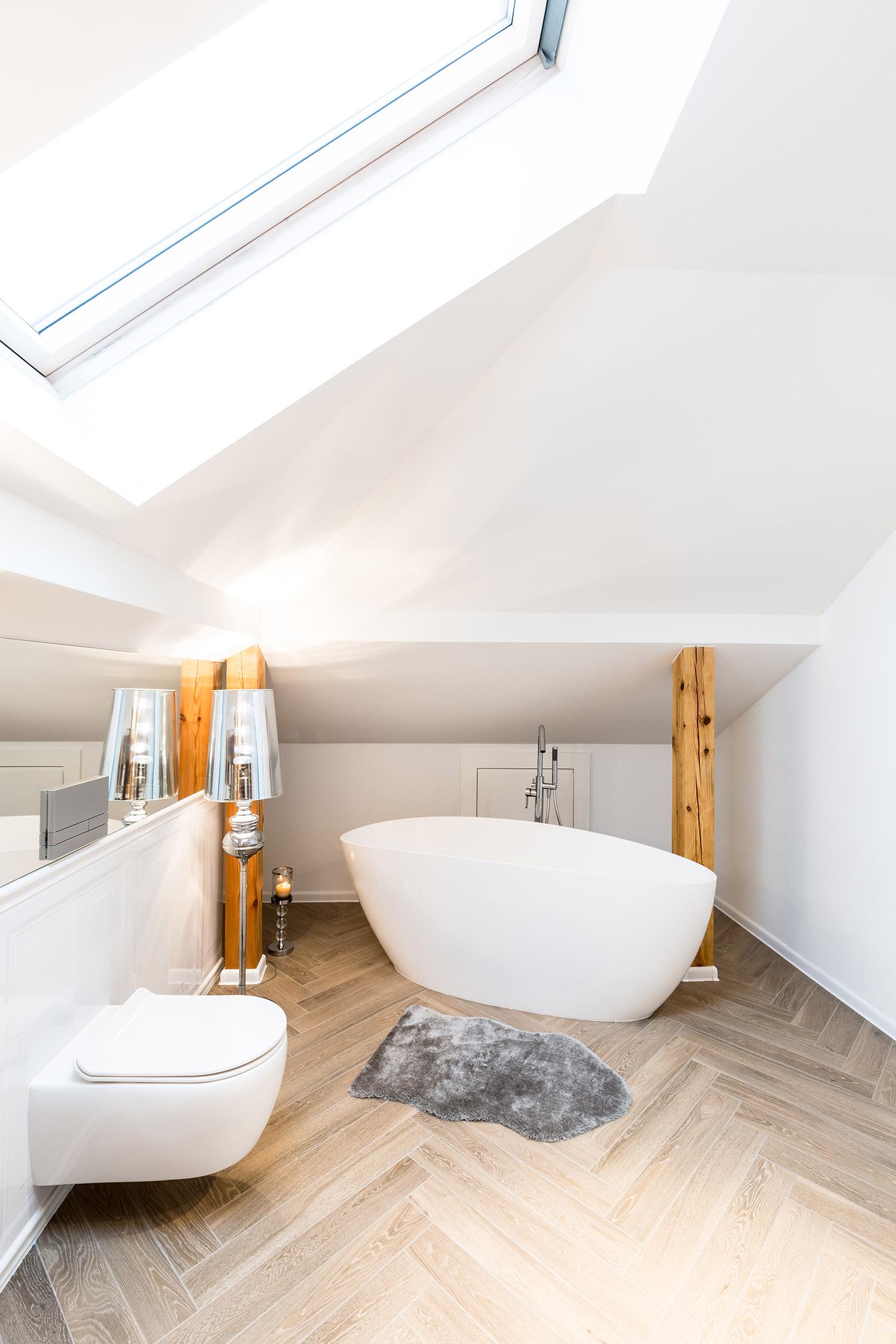 Houtlook visgraat tegels in badkamer