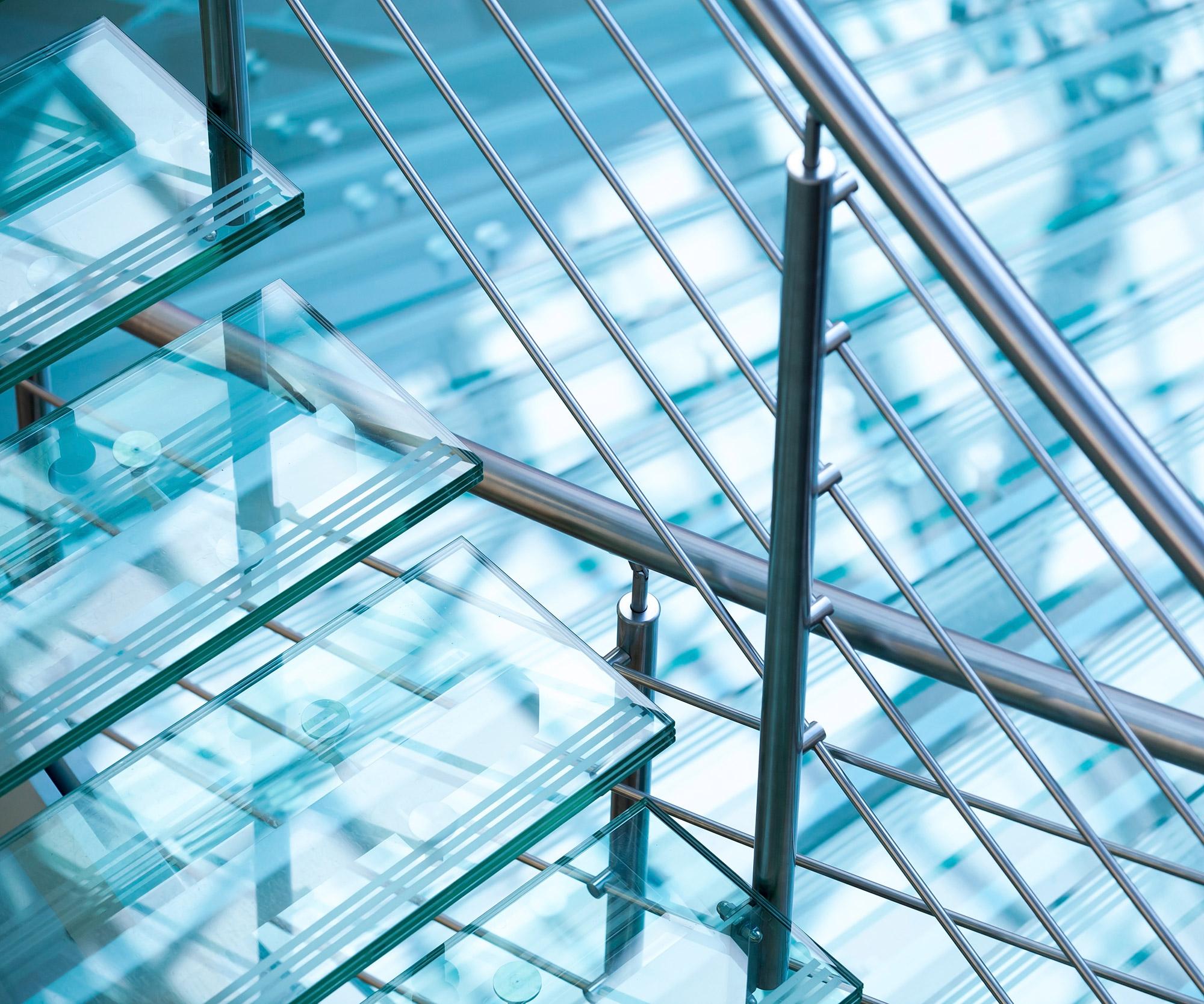 Trap met glazen treden