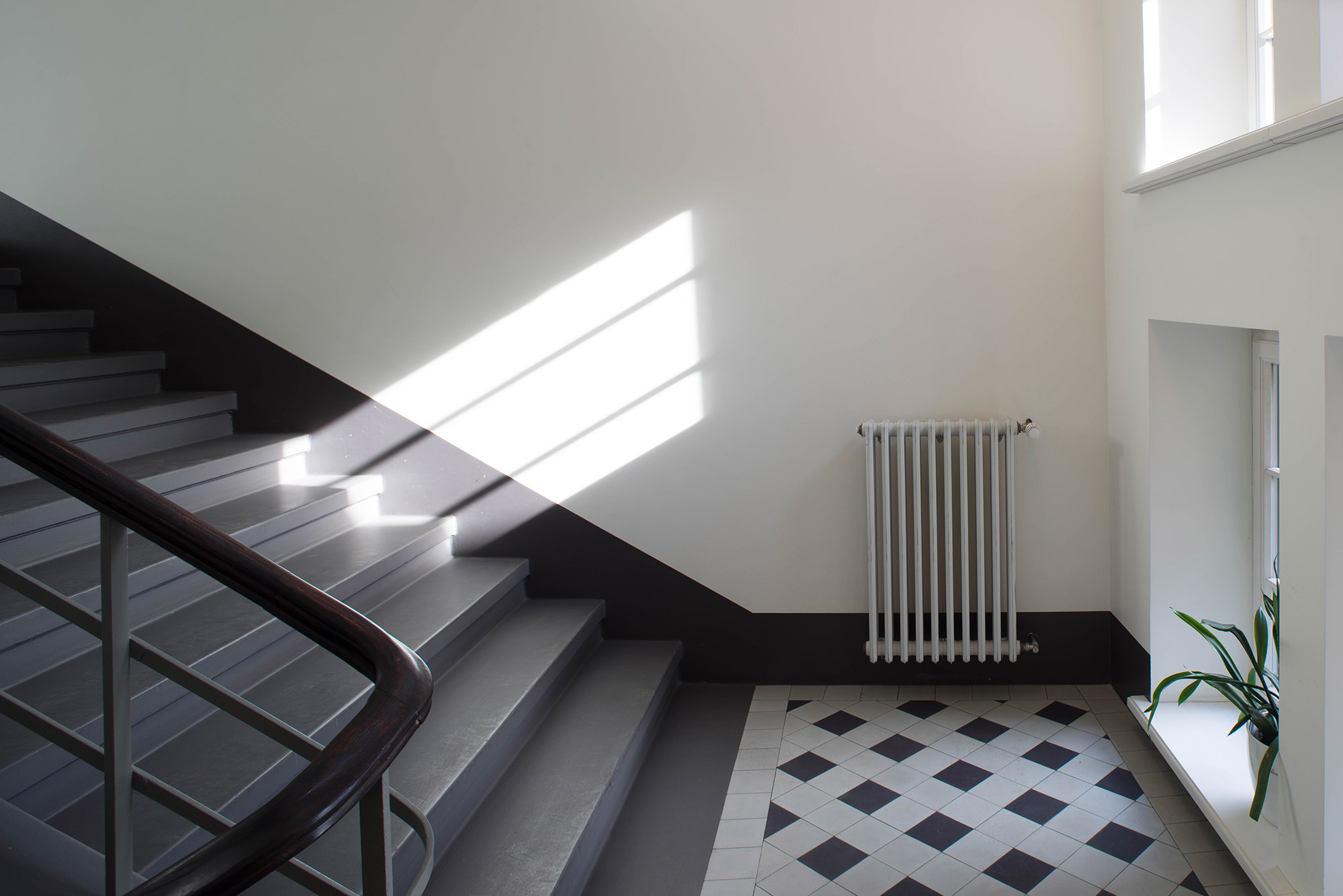 Grijze bekleding op trap